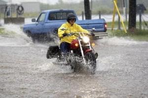Moto bajo lluvia