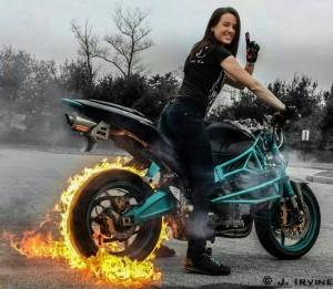 Chica quemando rueda